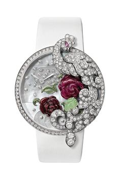 Cartier一貫的高超工藝和匠心獨具,將腕錶進化出全新的內涵。當錶盤上的華麗孔雀「飛離」時,會變身為一枚精美的胸針。