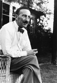 Stefan Zweig im Sommer 1941 vor dem Haus in Ossining im Bundesstaat New York. Rainer Maria Rilke, Comparative Literature, Stefan Zweig, History Images, Writers And Poets, Author Quotes, Important People, Portraits, Writers