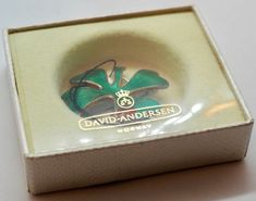 Anheng/Brosje i sølv med grønn og rød emalje - David Andersen Phone, Rings, Telephone, Ring, Jewelry Rings, Mobile Phones