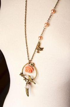 Collar pájaro con flores rosas