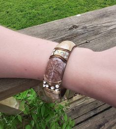 Bronze tone Vintage 80s hinge bangle. Brown and cream marble effect enamel. Diamanté details on the band. Very Retro syle