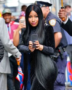 Nicki Minaj: The Big Picture: Today's Hot Photos Smile, you're on candid camera! The rapper is seen on her phone at The Late Show with Stephen Colbert in New York City. Nicki Minaj Rap, Nicki Minaj Outfits, Nicki Minaj Barbie, Nicki Minaj Pictures, Beyonce, Rihanna, Famous Celebrities, Celebs, Nicki Minaj Wallpaper