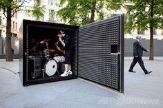 英ロンドン(London)中心部で、ポルトガル人芸術家ジョアン・オノフレ(Joao Onofre)氏と組んだインスタレーションのため、金属製の箱に入って演奏の準備をするデスメタルバンド「アンファゾマブル・ルイネーション(Unfathomable Ruination)」のメンバーら(2014年7月3日撮影)。(c)AFP/LEON NEAL ▼6Jul2014AFP 「箱の中の死」 密閉してデスメタル演奏、酸素なくなるまで http://www.afpbb.com/articles/-/3019794