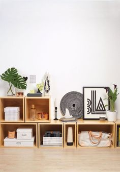 Storage is a focal point in the contemporary interior. Furniture that is big and bulky is not a modern option. Open shelves and biblitohecs are now preferred, with an airy look and lighter design. Box Shelves, Shelving, Open Shelves, Decoration Inspiration, Interior Inspiration, Style Inspiration, Style At Home, Decoration Bedroom, Room Decor