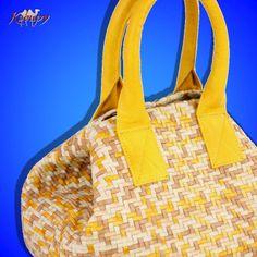 Bolsa feminina confeccionada artesanalmente em tressê de couro. Alças de couro tubular e forro de tecido, com bolsos internos.