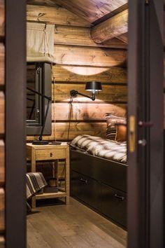 OPPLEV NYE RØROSHYTTA VISNINGSHYTTE!   FINN.no Timber Cabin, Log Cabin Living, Luxury Modern Homes, Rustic Home Design, Cozy Cabin, House Beds, Cabin Interiors, House In The Woods, Log Homes