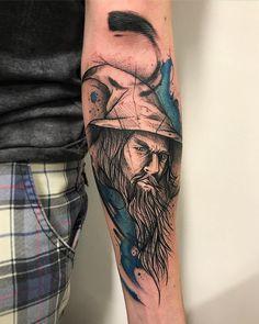 Tatuagem criada por Gustavo Takazone de Álvares Machado - SP.    Gandalf, de Senhor dos Aneis, com fundo azul no braço.