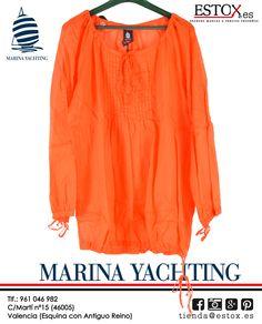 ¡No te pierdas nuestra novedad de Marina Yachting! Blusón de manga larga de cuello redondo con la opción de ponértelo suelto o más ahuecado por sus cintas en mangas y cintura. A un precio increíble, como siempre en Estox, con el 10% de descuento por ser soci@ tan sólo te costará 22´50 euros. ¡Te esperamos en el nº 15 de la Calle Martí de Valencia!