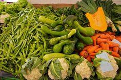 Generalnie zdrowe są wszystkie warzywa, jednak część z nich, oprócz witamin i minerałów, zawiera też inne, cenne związki, bądź ma szczególnie korzystne dla zdrowia właściwości. Wybraliśmy dziesięć warzyw, które - naszym zdaniem - naprawdę warto włączyć do menu.