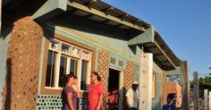 Η γυναίκα που φτιάχνει σπίτια  από πλαστικά μπουκάλια για τους φτωχούς
