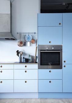 Køkkenskabe med forskellige blå nuancer