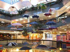 Varjostajat tilateos kauppakeskus Forumissa.Tuunatut sateenvarjot  muodostavat tilateoksen // Suunnittelija/Designer: Tekstiilin ATE02 opiskelijat 2006 //  Yhteistyökumppanit/Partners: Kauppakeskus Forum, Nokian renkaat