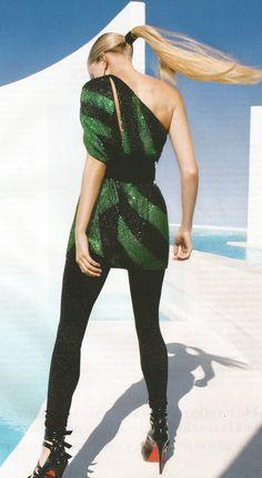 Siena Miller lleva minivestido de seda negro y esmeralda con cristales bordados y cinturón leggings de lúrex todo de Gucci; pendientes de perlas y diamantes de VBH y plataformas de charol de Christian Louboutin. Imagen de VOGUE ESPAÑA.