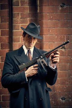 The coat and the hat Peaky Blinders, Marilyn Monroe Portrait, Mafia Gangster, Adrien Brody, Gucci, Attractive Men, Pose Reference, Best Tv, Photo S