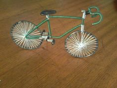 foto ensinando como fazer uma bicicleta de arame de alumínio em miniatura personalizada