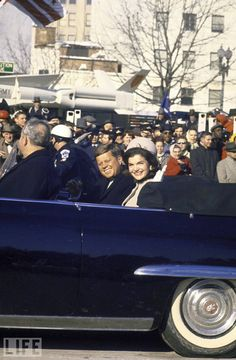 John Kennedy and Jackie Kennedy Ride Through Cheering Crowds Jacqueline Kennedy Onassis, Jfk And Jackie Kennedy, Les Kennedy, Carolyn Bessette Kennedy, Greatest Presidents, American Presidents, American History, Lee Radziwill, Kennedy Assassination