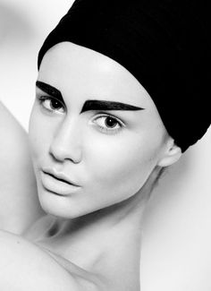 Check out those eyebrows!! Would you do that?? #eyebrow #eyemakeup