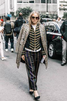Una camisa con volantes, una casaca militar, un pantalón con estampado de rayas, un abrigo de leopardo... Sí, es la magia de Londres.