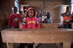 Programa Juntos Sumamos  Reconstrucción de una Escuela en  Rutana, Burundi  El proyecto pretende mejorar el acceso y la calidad de la educación  en especial de las niñas, gracias a la construcción de 12 nuevas aulas de primaria y 3 bloques de letrinas en la escuela de Rutana I, la compra de libros de texto para todos los alumnos de Rutana I y para otras escuelas de la zona, y la formación a 150 profesores y varias asociaciones de padres de alumnos.