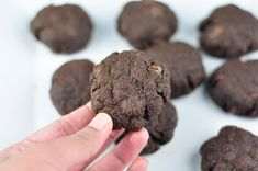 Eggless chocolate cookies are easy and simple to bake in few minutes. These cookies taste so soft and chocolatey with wheat flour and chocolate chips. Füllende Snacks, Savory Snacks, Easy Snacks, Yummy Snacks, Healthy Desserts, Healthy Drinks, Healthy Eating, Peanut Recipes, Banana Recipes