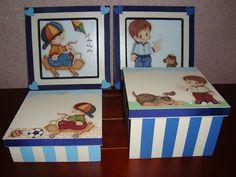 caixa e quadros infantil elaborado com apliques em madeira e fita de cetim