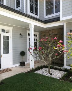 Our Hampton style home tour of the week. Showcasing a beautiful Australian home every Thursday Hamptons Style Homes, Hamptons Decor, Hamptons House, The Hamptons, Hamptons Kitchen, Exterior Gray Paint, House Paint Exterior, Exterior House Colors, Coastal Homes