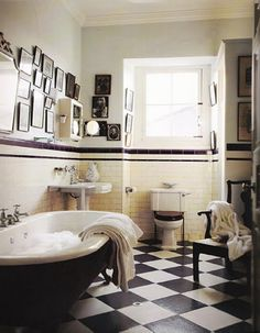 Vintage Bathroom With black white tiles Victorian Bathroom, Vintage Bathrooms, Victorian House, Bad Inspiration, Bathroom Inspiration, Bathroom Interior, Modern Bathroom, Bathroom Art, Bathroom Ideas
