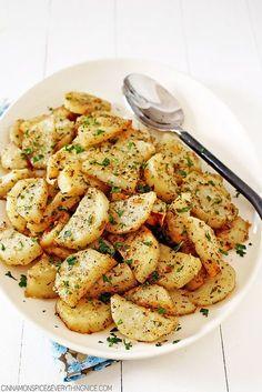 Italian Roasted Garlic & Parmesan Potatoes - it's whats for dinner! Potato Dishes, Potato Recipes, Vegetable Recipes, Garlic Parmesan Potatoes, Roasted Garlic, Roasted Potatoes, Food Porn, Good Food, Yummy Food