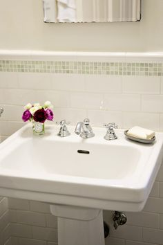Nice, basic pedestal sink. Interesting use of small green square tile above larger subway.