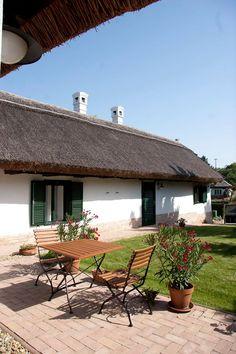Sukoró - tervező: Mérmű Építész Stúdió Cottages, Patio, Outdoor Decor, Home Decor, Cabins, Decoration Home, Country Homes, Room Decor, Cottage