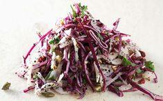 150 g rødkål 150 g hvidkål 150 g fennikel 1 håndfuld friskhakkede krydderurter, fx persille og dild 1 spsk blå birkes 1 spsk sennepsfrø 1 spsk løgfrø (jomfru i det grønne) 1 spsk ristede græskarkerner 2 spsk ristede, afskallede og hakkede hasselnødder ½ dl grofthakkede tørrede tranebær  Dressing 3 spsk rapsolie 1-2 spsk balsamisk æbleeddike eller blommeeddike ½-1 tsk honning Evt. lidt salt