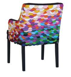 cadeira com  escamas coloridas