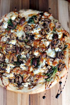 Balsamic Mushroom & Goat Cheese Pizza with Spinach This mushroom and goat cheese pizza, made in a cast-iron skillet, has a garlic sauce as its base, spinach and is topped with a balsamic drizzle. Goat Cheese Pizza, Pizza Recipes With Goat Cheese, Pizza Pizza, Mushroom Pizza Recipes, Flatbread Pizza Recipes, Spinach Pizza, Naan Pizza, Veggie Pizza, Grilled Flatbread Pizza