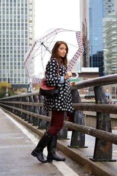 Although dressing for the rain may seem just as dreary as the sky looks, rainy day outfits don't have to be drab Style Outfits, Casual Outfits, Fashion Outfits, Womens Fashion, Emo Fashion, Fall Fashion, Daniel Wellington, Outfit Des Tages, Rainy Day Fashion