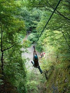 BizonRock   Een dagdeel vol Adventure activiteiten zoals tokkelen, klettersteig (klimmen op een verticale wand, gezekerd door een life-line), himalayabrug en abseilen. Kortom: 4 uitdagende activiteiten op één locatie. Een perfecte activiteitenmix voor uw personeelsuitje, bedrijfsuitje of weekendje ardennen!