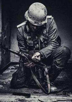 German soldier, recharge his submachine gun before the violent rendezvous. German Soldiers Ww2, German Army, Comic Layout, German Uniforms, Military Guns, War Photography, Panzer, Historical Pictures, Armed Forces