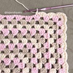 Un borde muy sencillo para colchas tejidas a #crochet en granny stripes. Lo usamos en la #colcha con perritos o manta de apego para acurrucarse :)