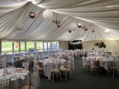 Our hanging balloons look gorgeous in this marquee, even if we do say so ourselves! 😉🎈👰🏼🤵🏼