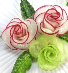 Best 7 For ones who are surfing for the art in radish or red radish carving garnish, this video tutorial will be your favorite one! Today, the team FruityFreshyJuicy presents you a step-by-step red radish rose carving ( or how to make radish flower) video Veggie Art, Fruit And Vegetable Carving, Veggie Food, Quinoa Food, Radish Flowers, Fruit Flowers, Cucumber Flower, Deco Fruit, Vegetable Decoration