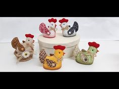 passo a passo galinha em tecido patchwork - YouTube Baby Shoes, Sewing, Crafts, Fifa, Couture, Fabric Dolls, Makeup Holder, Patchwork Fabric, Make And Sell