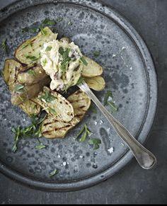 Varier tilbehøret, når du inviterer dine gæster til middag. Her får du en lækker opskrift på grillede aspargeskartofler med rørt baconsmør.