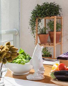 Olha que ideia boa para a hortinha: em uma pequena estante, foram colocados vasos de diversos tamanhos. Ficou um charme!  (Foto: Divulgação)
