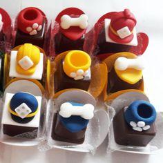Bombom produzido com casca fina de chocolate ao leite com recheio de ganache, doce de leite, brigadeiro ou prestigio, personalizado em pasta americana. CONSULTE-NOS SOBRE OUTRAS PERSONALIZAÇÕES ESSE PRODUTO NÃO PODE SER ENVIADO VIA CORREIOS.