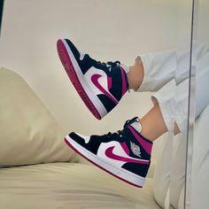 Dr Shoes, Cute Nike Shoes, Swag Shoes, Cute Sneakers, Nike Air Shoes, Hype Shoes, Shoes Jordans, Girl Jordans, Jordan Shoes Girls