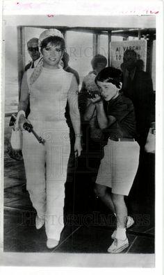 1966 PRESS PHOTO GINA LOLLOBRIGIDA