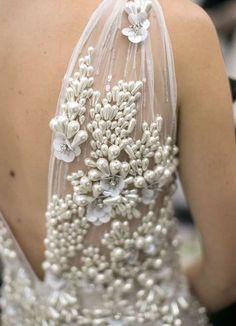 Tendencias de boda 2017: Vestidos de novia con flores 3D [FOTOS] - Detalles de flores 3D de perlas en la espalda