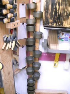 Ce projet d'atelier requière une tige filetée, des écrous, des attaches de nylon et quelques boîtes de thon blanc émietté baignant dans l'eau (tout a été dit !). Le planche de support d…