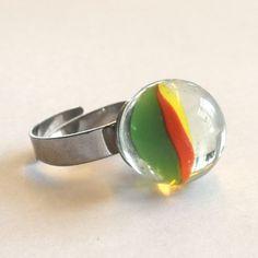 Morsom, nostalgisk ring laget av klinkekule.  Materialer:  - Klinkekule  - Regulerbar ring i hypoallergenic stål. En solid ring i god kvalitet. Gemstone Rings, Marble, Gemstones, Jewelry, Marbles, Jewlery, Gems, Bijoux, Jewerly