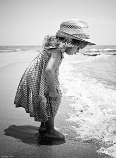 Oh ooh ben nat. - foto gemaakt in Limasol, Cyprus Black And White Beach, Black White Photos, Black And White Photography, Precious Children, Beautiful Children, Beach Photography, Children Photography, Beach Kids, Beach Babies