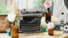 Decoración De Bodas Con Máquinas De Escribir.  En la tendencia nupcial en la actualidad, el estilo nórdico esta que causa mucha sensación, es así que ahora te dejo con algunas ideas de decoración de bodas con máquinas de escribir, para que puedas hacer ... Ver más aquí: https://centrosdemesaparaboda.com/decoracion-bodas-maquinas-escribir/